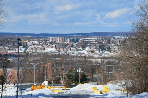 Sherbrooke vue du mont Bellevue et sous un beau ciel bleu.